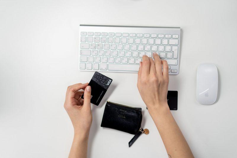 Kvinna genomför ett köp online